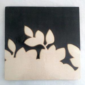 Dessous de plat noir feuilles blanches